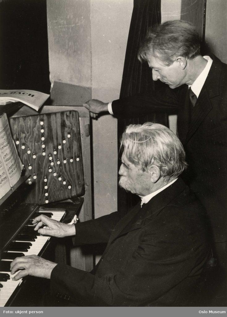 Albert Schweitzer spiller Eivind Grovens renstemte orgel i Uranienborg kirke
