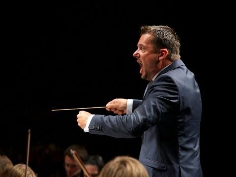 Peter Szilvay dirigerer Mahler