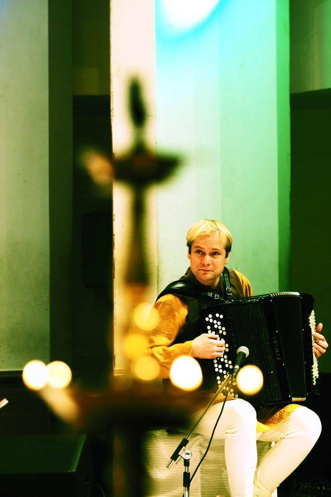 Frode Haltli spiller akkordeon